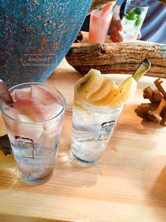 木製のテーブルの上に座ってコーヒー カップの写真・画像素材[1363928]