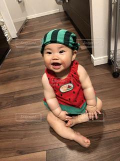 床に座っている小さな男の子の写真・画像素材[1364121]