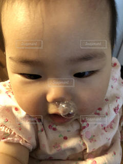 近くに赤ちゃんのアップの写真・画像素材[1364211]