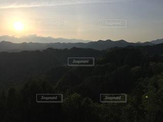 背景の大きな山の写真・画像素材[1365458]