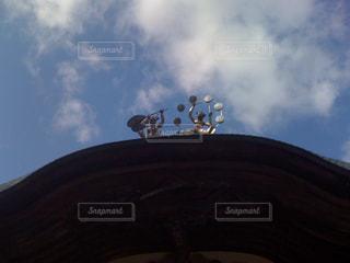 曇りの日に空気を通って飛んで人の写真・画像素材[1372596]