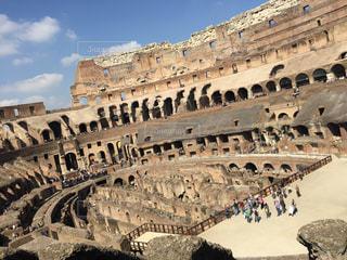 コロッセオの前に立っている人々 のグループの写真・画像素材[1366754]