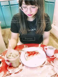 食べ物を食べるテーブルに座っている女性の写真・画像素材[3044726]
