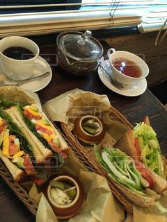 サンドイッチとコーヒーのカップ食品のプレートの写真・画像素材[1365086]