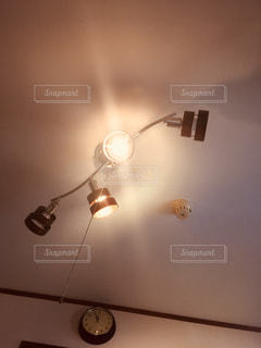 照明と時計の写真・画像素材[1365145]