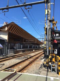 踏み切りから見た駅の屋根の写真・画像素材[1412858]