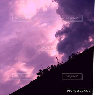 右側からせまり来る、怪しい雲の写真・画像素材[1426769]