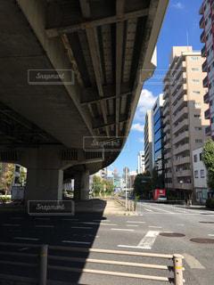 高架下から見る風景、隙間から見える都会の青空の写真・画像素材[1532305]
