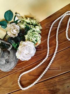 パールのネックレスと花束の写真・画像素材[1568971]
