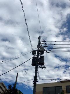 青空に映える電柱の写真・画像素材[1587170]