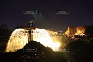 迫力ある噴水のライトアップの写真・画像素材[1662957]