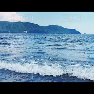 夏休みの波打ち際の写真・画像素材[1373086]