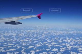 空中を飛んでいる飛行機の写真・画像素材[2707482]
