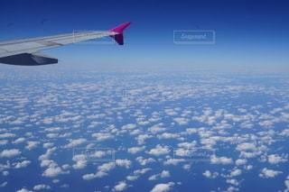 空中を飛んでいる飛行機の写真・画像素材[2707483]
