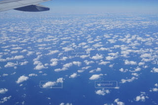 空を飛ぶ飛行機の写真・画像素材[2707484]