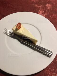 ケーキをフォークで白い板の上に座っています。の写真・画像素材[1376845]