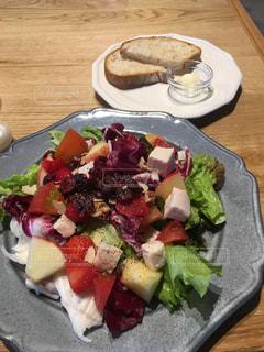 テーブルの上に食べ物のプレートの写真・画像素材[1376869]