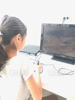 テレビゲームをする女の子の写真・画像素材[1366096]