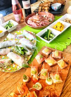 テーブルの上に食べ物の写真・画像素材[1368396]
