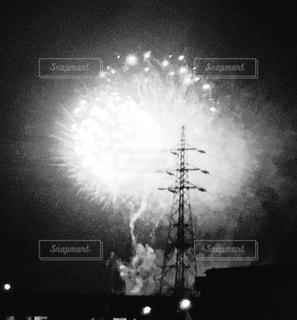 モノクロの花火の写真・画像素材[1366549]