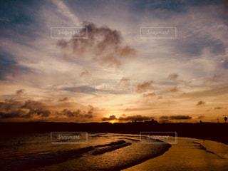 夕陽の沈む海の写真・画像素材[1366577]