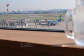 テーブルの上に座っている面の写真・画像素材[1366677]