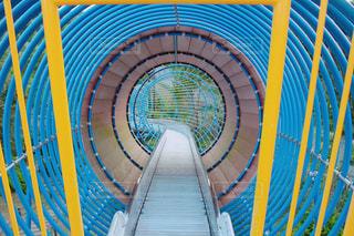 フェンスの横にある青い椅子の写真・画像素材[1374817]