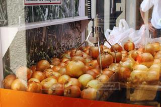 テーブルにオレンジたっぷりストアの写真・画像素材[1374818]