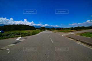真夏の田舎道、交差点の写真・画像素材[1367272]