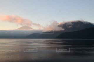 背景の山と水体の写真・画像素材[1381567]