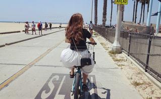 ビーチでサイクリングの写真・画像素材[1368486]