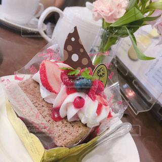 テーブルの上に座っているケーキの写真・画像素材[1368483]