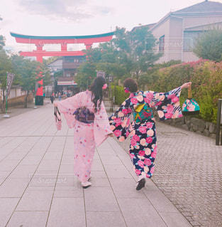 歩道の上を歩く少女の写真・画像素材[1368575]