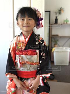赤い着物を着ている女の子の写真・画像素材[1630265]