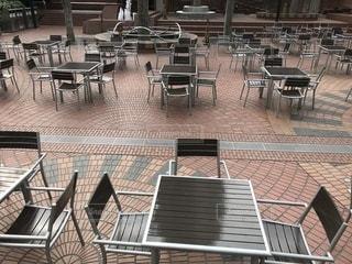 オープンカフェのテーブルとイスの写真・画像素材[1025946]