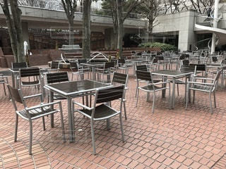 オープンカフェのテーブルとイスの写真・画像素材[1025947]