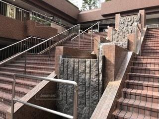 ビル街の商用エリアの階段と小川と滝の写真・画像素材[1025959]