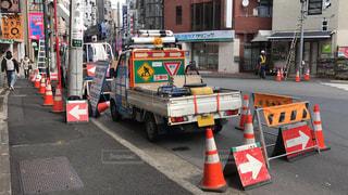 街で信号工事中のトラックの写真・画像素材[1025962]
