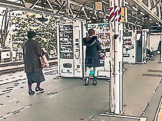 駅の自販機で飲み物を買う女性の写真・画像素材[1730804]