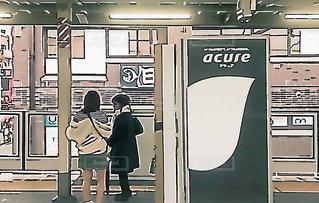 駅のホームで電車を待つ女子の写真・画像素材[1734123]