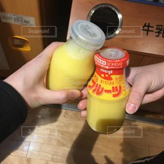 フルーツ牛乳で乾杯!の写真・画像素材[1369729]