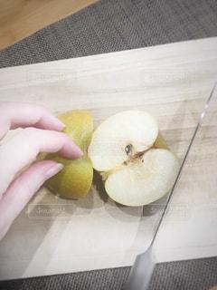 梨を切る女性の写真・画像素材[1372880]
