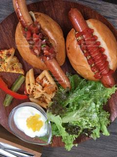 ホットドッグと一緒に食べ物の皿の写真・画像素材[2305845]