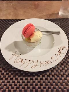 テーブルの上のケーキをのせた白プレートの写真・画像素材[1370842]