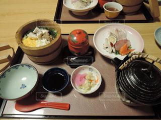 テーブルの上に食べ物のプレートの写真・画像素材[1370444]