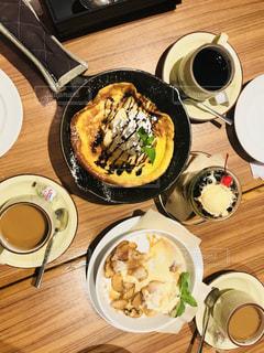 テーブルの上に食べ物のプレートの写真・画像素材[1370021]