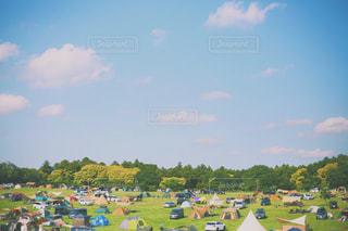 キャンプ場にテントがたくさんの写真・画像素材[1370219]