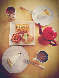 テーブルの上に食べ物のプレートの写真・画像素材[1370237]