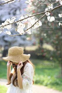 帽子をかぶっている女性の写真・画像素材[1370462]