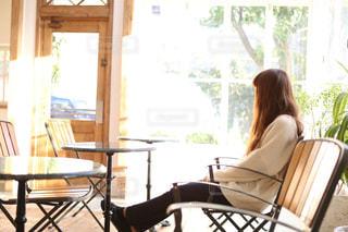 窓際に座る女性の写真・画像素材[1537536]